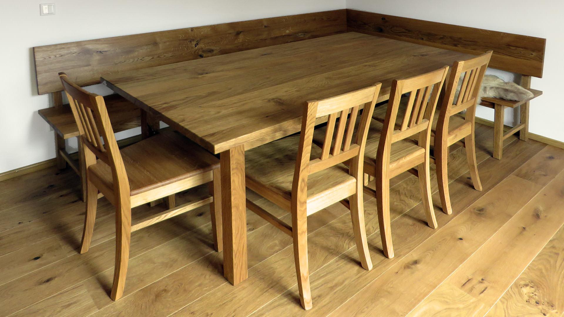 Tisch und Sitzgruppe aus massivem Eichenholz