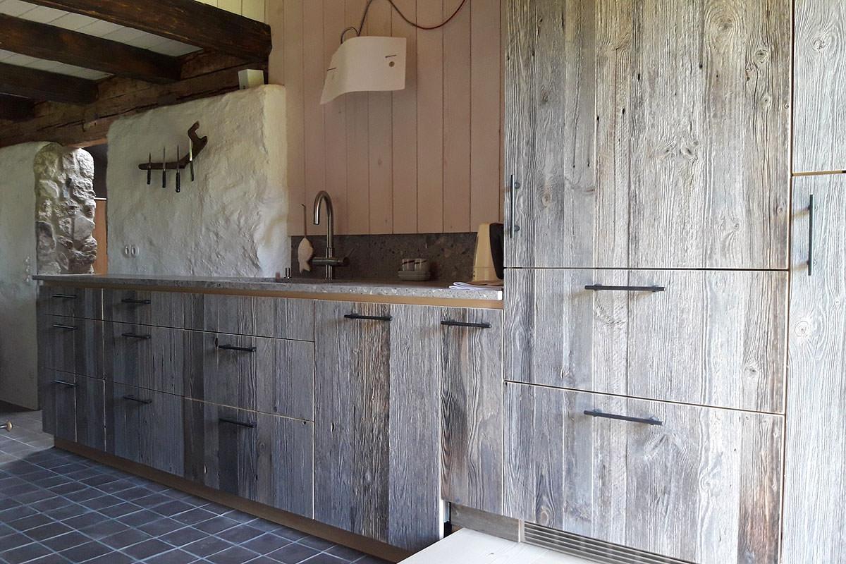 Maßgefertigte Küche mit Front aus Altholz